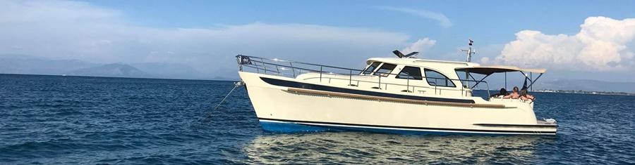 Motorboot voor anker Griekenland